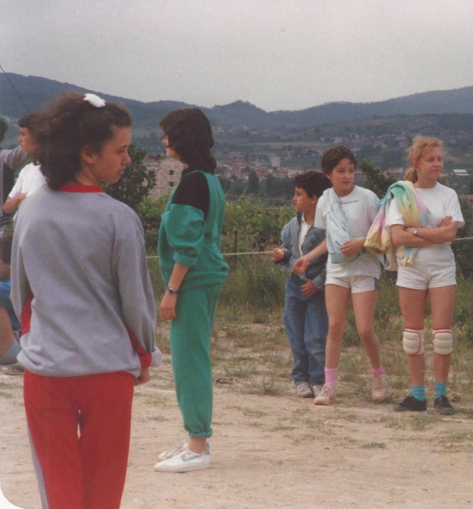 Paola (prima a sx, di spalle) e fratelli Lanari (a dx), anno 1987